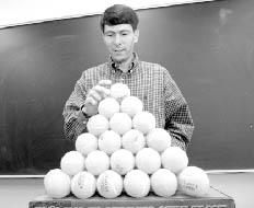 Томас Хэйлс (Thomas Hales) из Мичиганского университета демонстрирует решение задачи Кеплера о наиболее плотной укладке шаров в пространстве, которая ждала своего решения с 1611года (фото с сайта www.umich.edu)